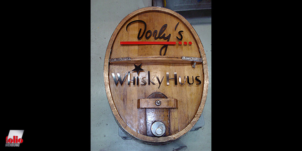 Dorly's halbes Whiskey Fass an der Wand